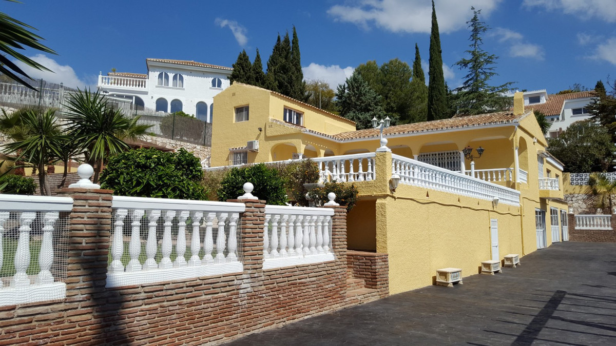 A large villa with a separate guest apartment in Sierrazuela on a large plot with a long driveway to,Spain