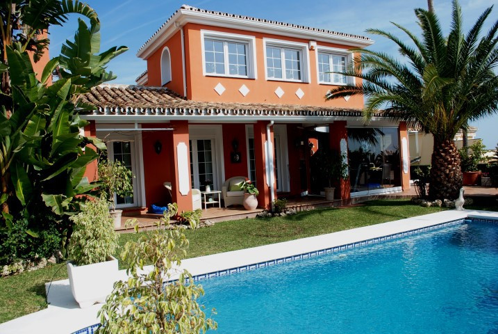 Beautiful villa in best location in Calahonda, Mijas Costa. This unique villa combines location, vie, Spain