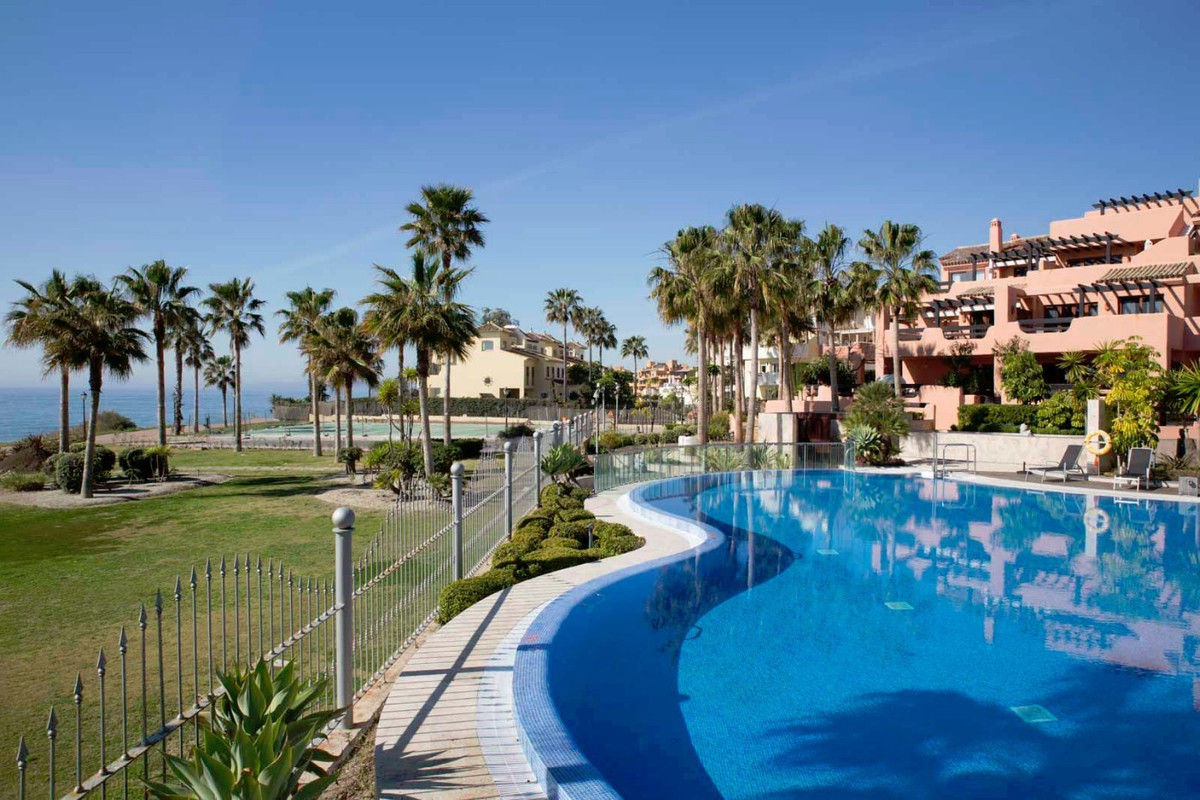 Apartment for sale in Estepona, with 2 bedrooms, 2 bathrooms. It has a swimming pool (Communal), a g, Spain