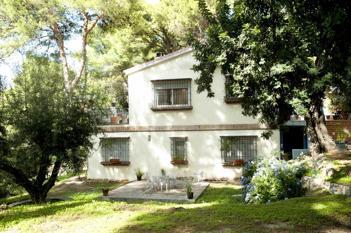 Detached villa with a plot of 1000 m2 distributed on two floors. The house was reformed for the most, Spain