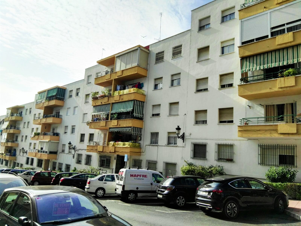 Beautiful 4 bedrooms apartment and a bathroom located in a central area of Estepona. Located on a 2n, Spain