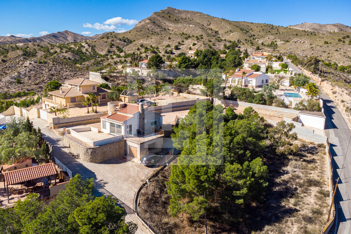 Detached, 2/3 bedroom villa all on one floor, in residential area with views of the mountains, set i,Spain