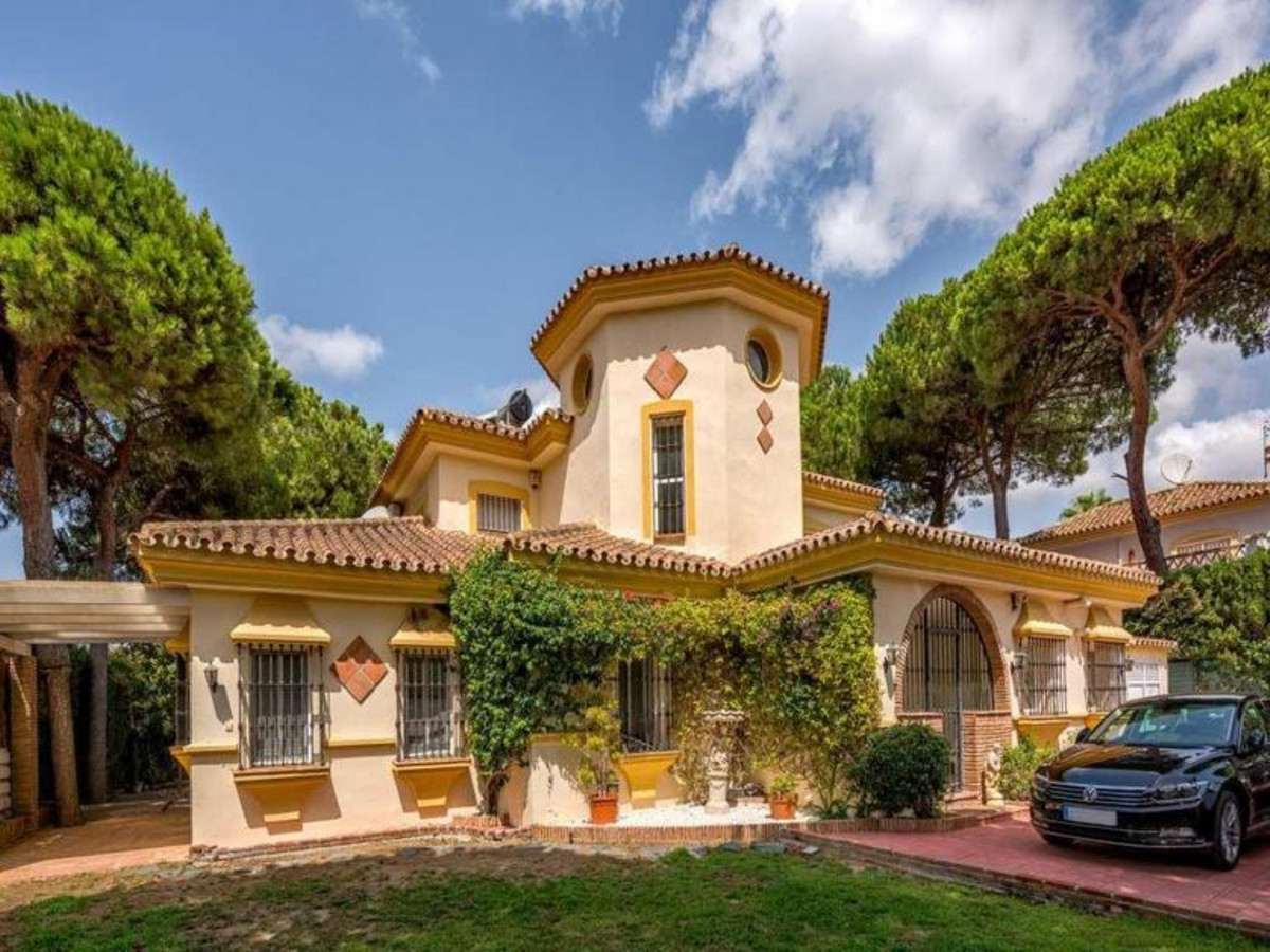 A beautifully appointed new villa on 3 levels. Very bright and set peacefully near the Miraflores Cl,Spain