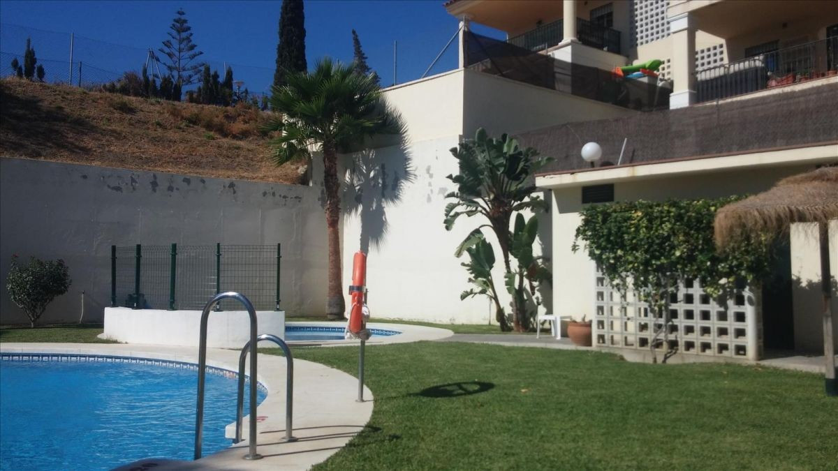 Beautiful terraced house with three swimming pools, paddle tracks, parking and large terrace. It is , Spain
