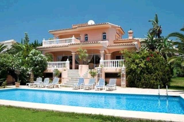 Charming villa in colonial style in two plots in Calle Acacia in the heart of Elviria, very quiet ar,Spain