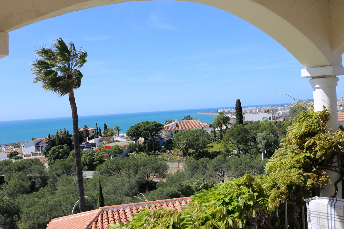 Fantastic villa in the area of caleta de Sol. The property has a total constructed area of 95 m2, on,Spain