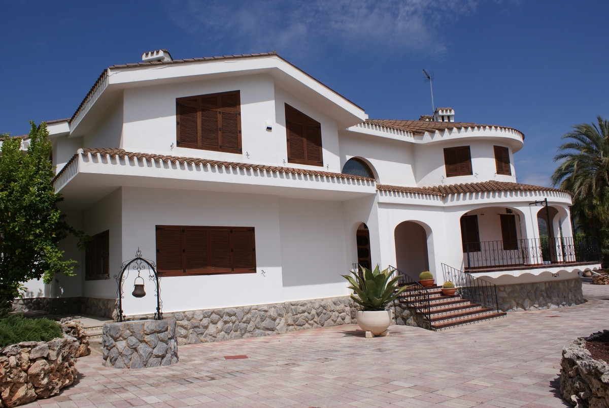 Lovely big villa of 477m2 for sale in Ontinyent  on a fenced plot of 4571m2. Walking dinstance from ,Spain