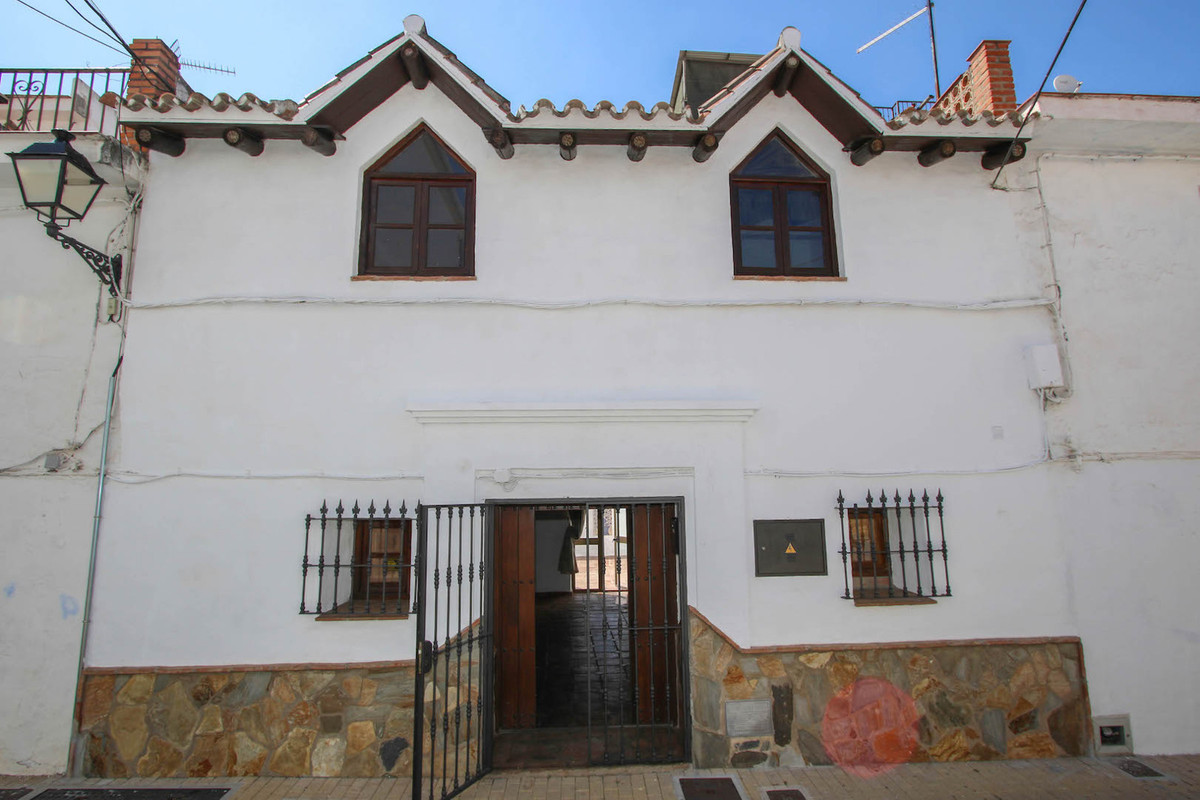 Character Town House.  Loads of original features.  LARGE PATIO  This town house in centre of Monda ,Spain