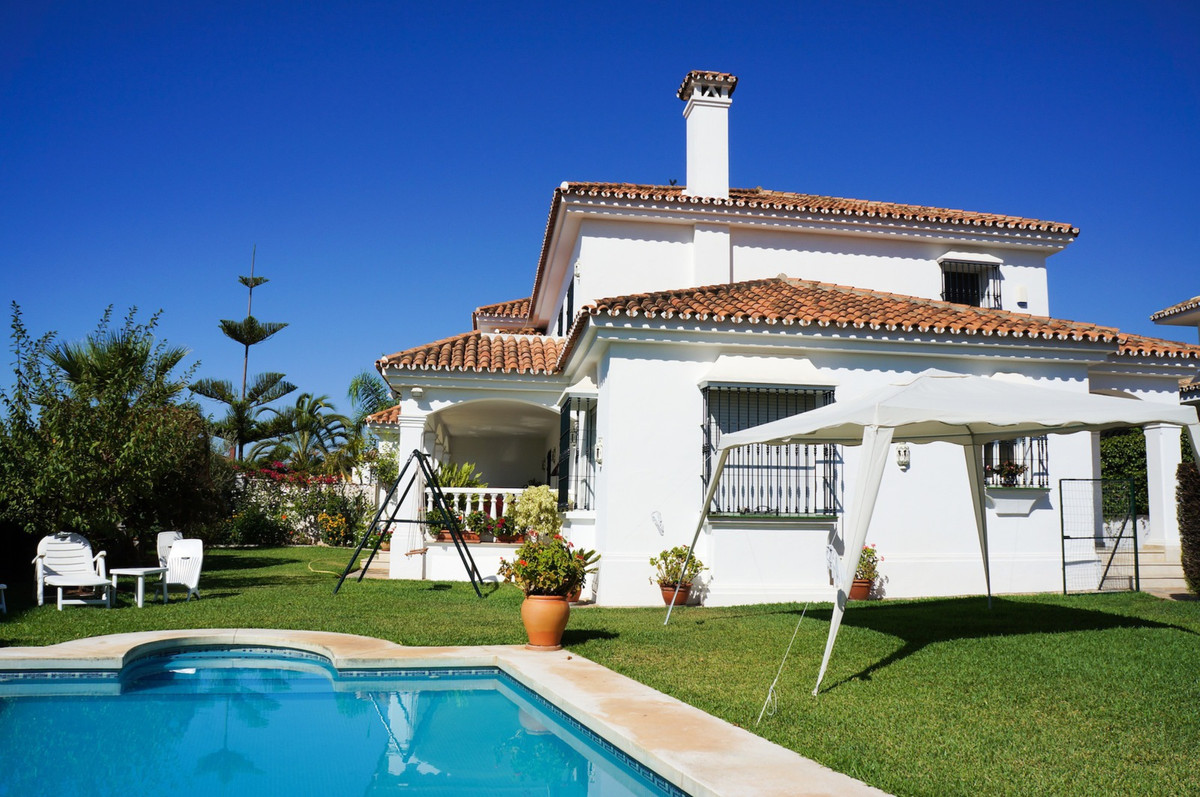 House in Marbella with south facing, garden and private pool. The property offers a constructed area,Spain