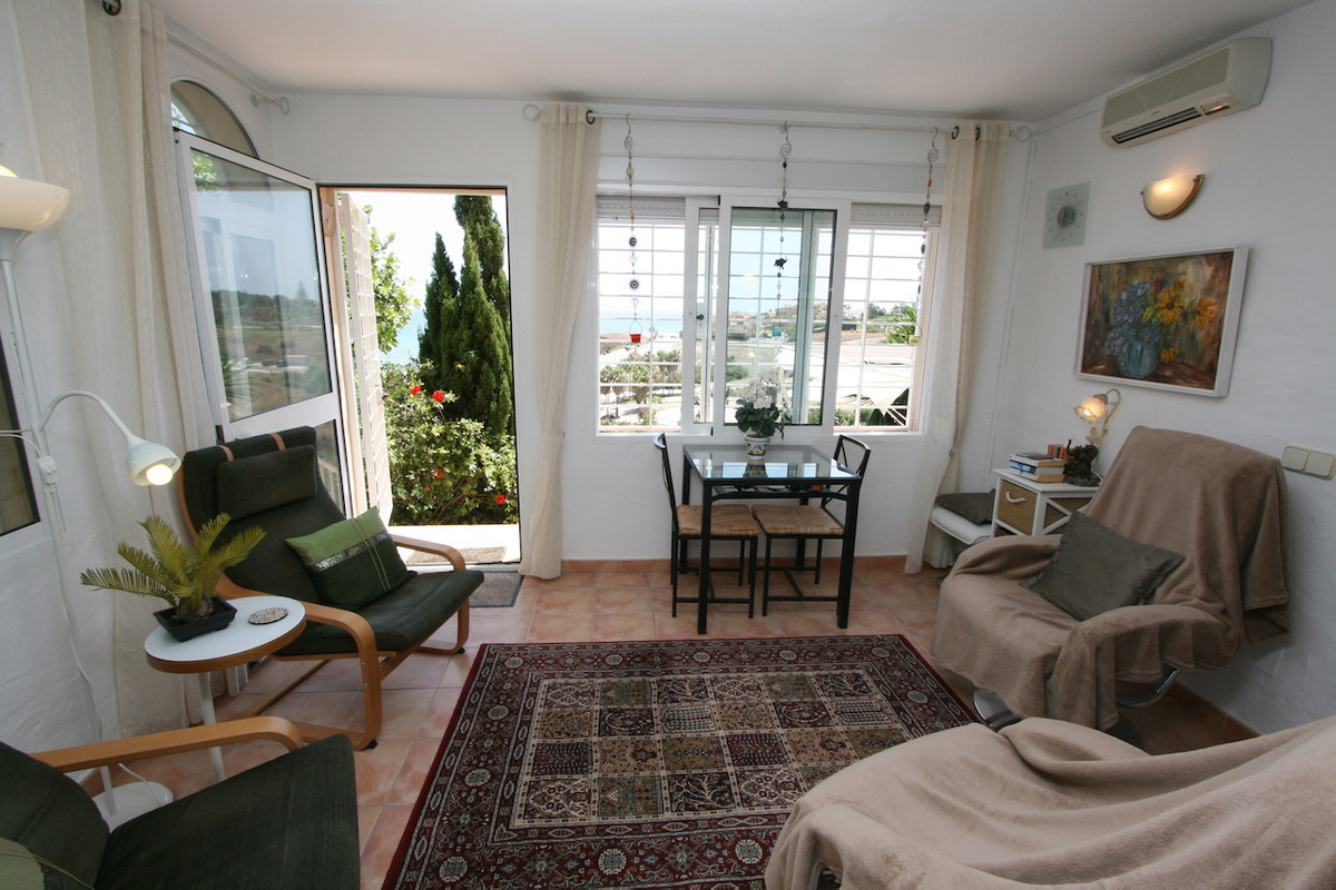 This beautiful SW-facing ground floor apartment is located in a very well maintained urbanization wi, Spain