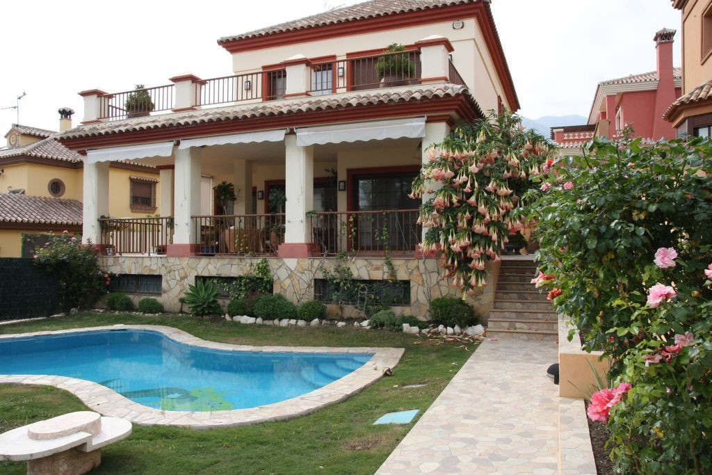 Fantastic south-facing villa with 4 bedrooms and 3 bathrooms. New construction situated in urbanisat Spain