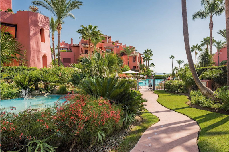 Spacious ground floor apartment with garden views. Located in a Luxury complex in from of the sea an,Spain