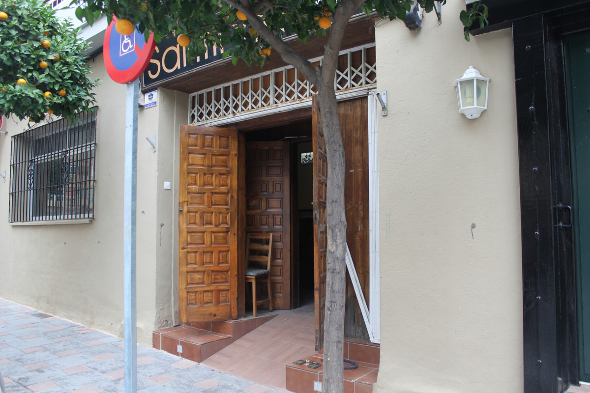 Fantastic bar for sale in Los Boliches! It has double doors and bar license. Recently renovated with,Spain