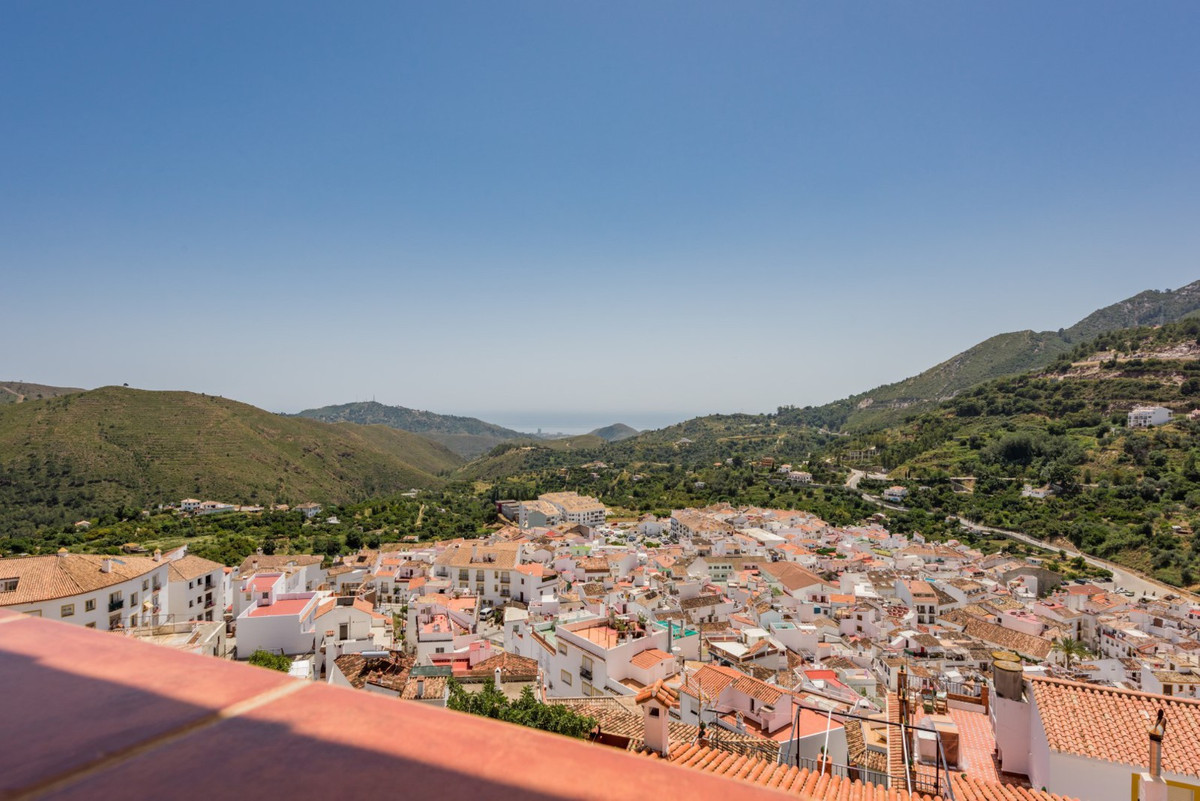 Are you looking to live in a relaxed and peaceful atmosphere?  Feel the welfare of living in the vil,Spain