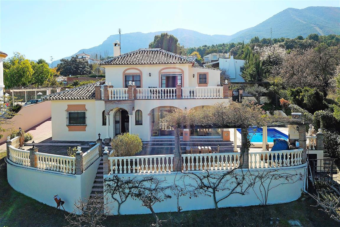 Spectacular panoramic views and a great location! Set in the prestigious area of La Chicharra, this ,Spain