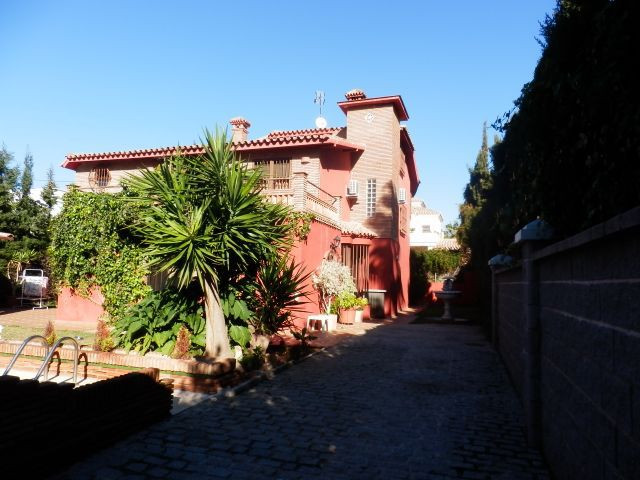 Detached villa in a residential location not far from the sea and dunes. Walking distance to Puerto , Spain