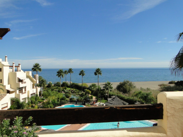 Magnificent front line beach penthouse situated in a gated urbanization enjoying large swimming pool, Spain