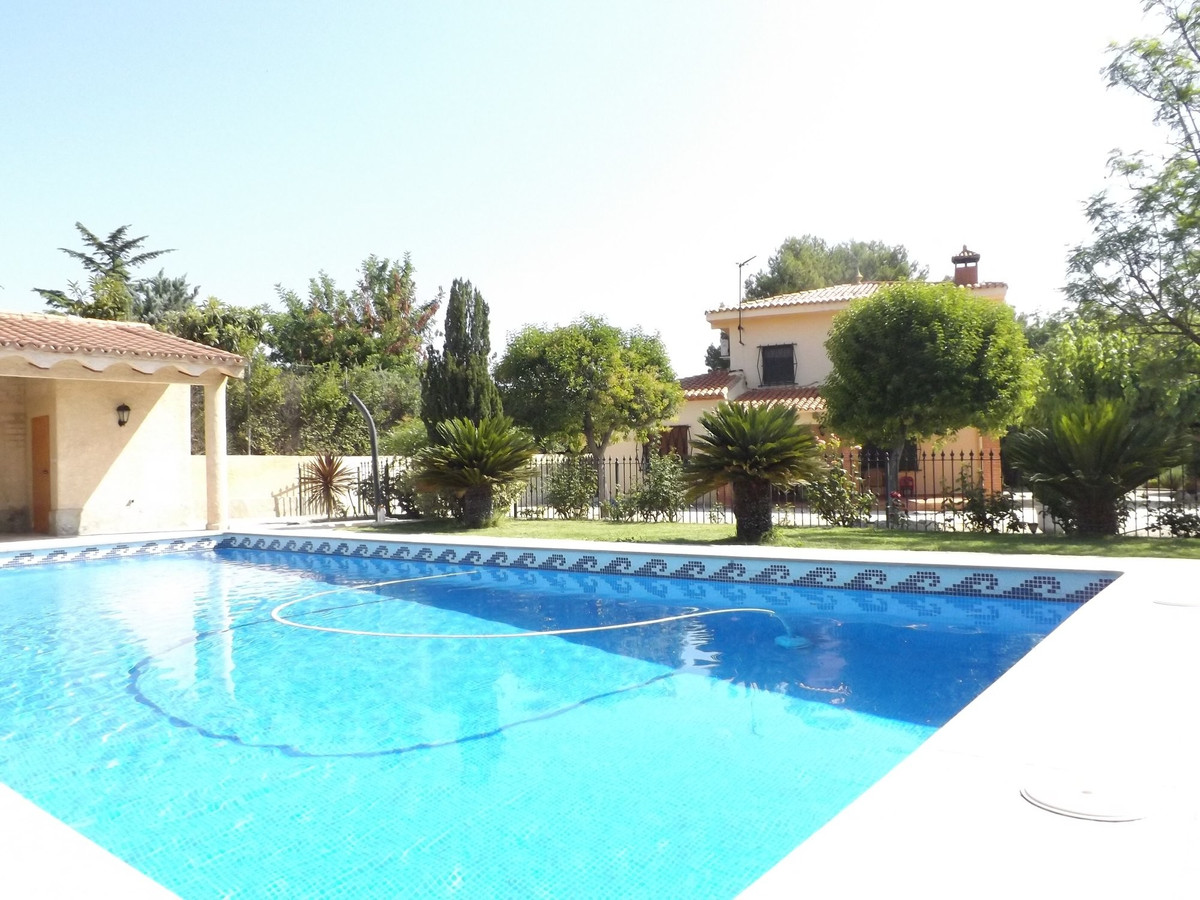 Large country house of over 150m2 in a fenced plot of 2493m2. A property on two floors with 4 bedroo,Spain
