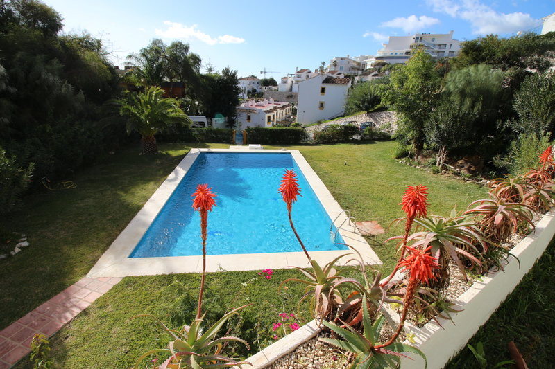 We warmly recommend a view of this bright and nice 2-bedroom apartment located in the popular Urb. T, Spain