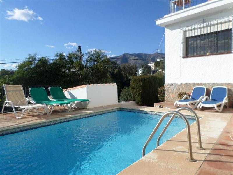 Charming property for sale in Fuengirola, with panoramic views. This villa offers 4 bedrooms, 2 bath, Spain