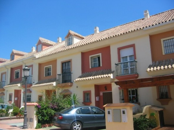 This is a super townhouse in the heart of San Pedro on a well kept community. Only minutes walk to t, Spain