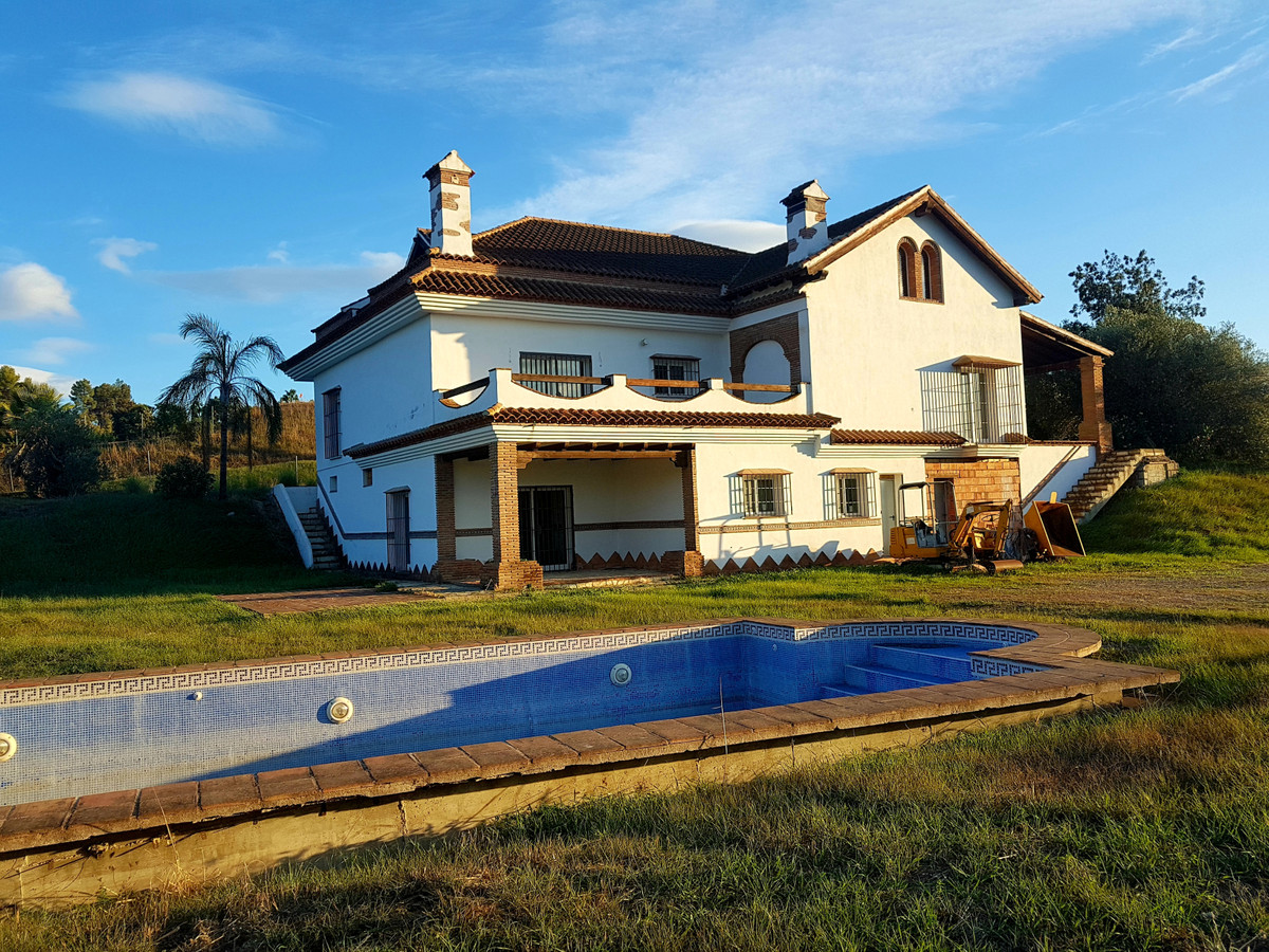 Finca of approx. 7500 m2 with a villa of 730 m2, which counts on: Semi-basement of 300 m2 dedicated , Spain