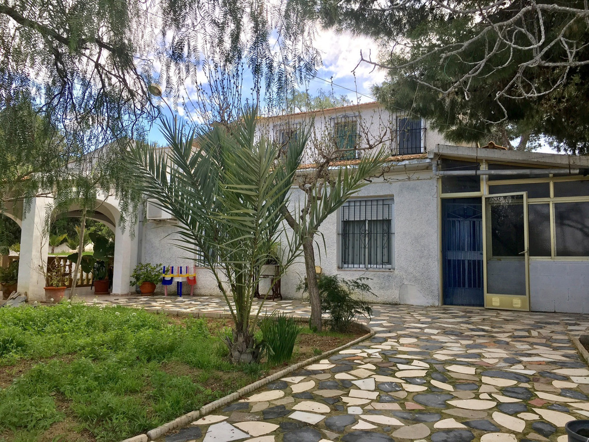 Detached villa to renovate, 4/5 bedrooms in a sought after area of ??Busot, 10-15 minutes from the b, Spain
