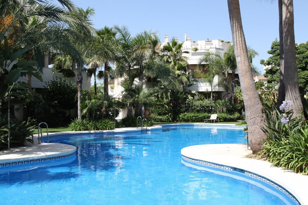 STUNNING 3 BEDROOM GROUND FLOOR APARTMENT IN ALOHA. This spacious ground floor apartment benefits fr,Spain