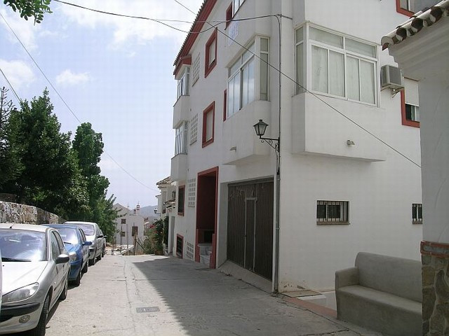Lovely apartment located in the charming and picturesque village of Ojen. This south facing property, Spain