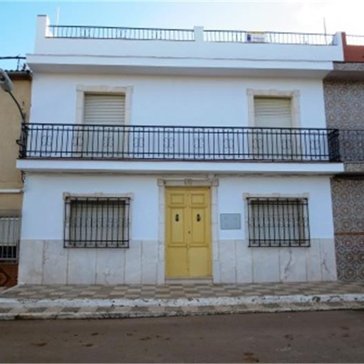 Amazing opportunity at this price, WITH A BANK VALUATION OF 90.000€!... A three storey town house in,Spain