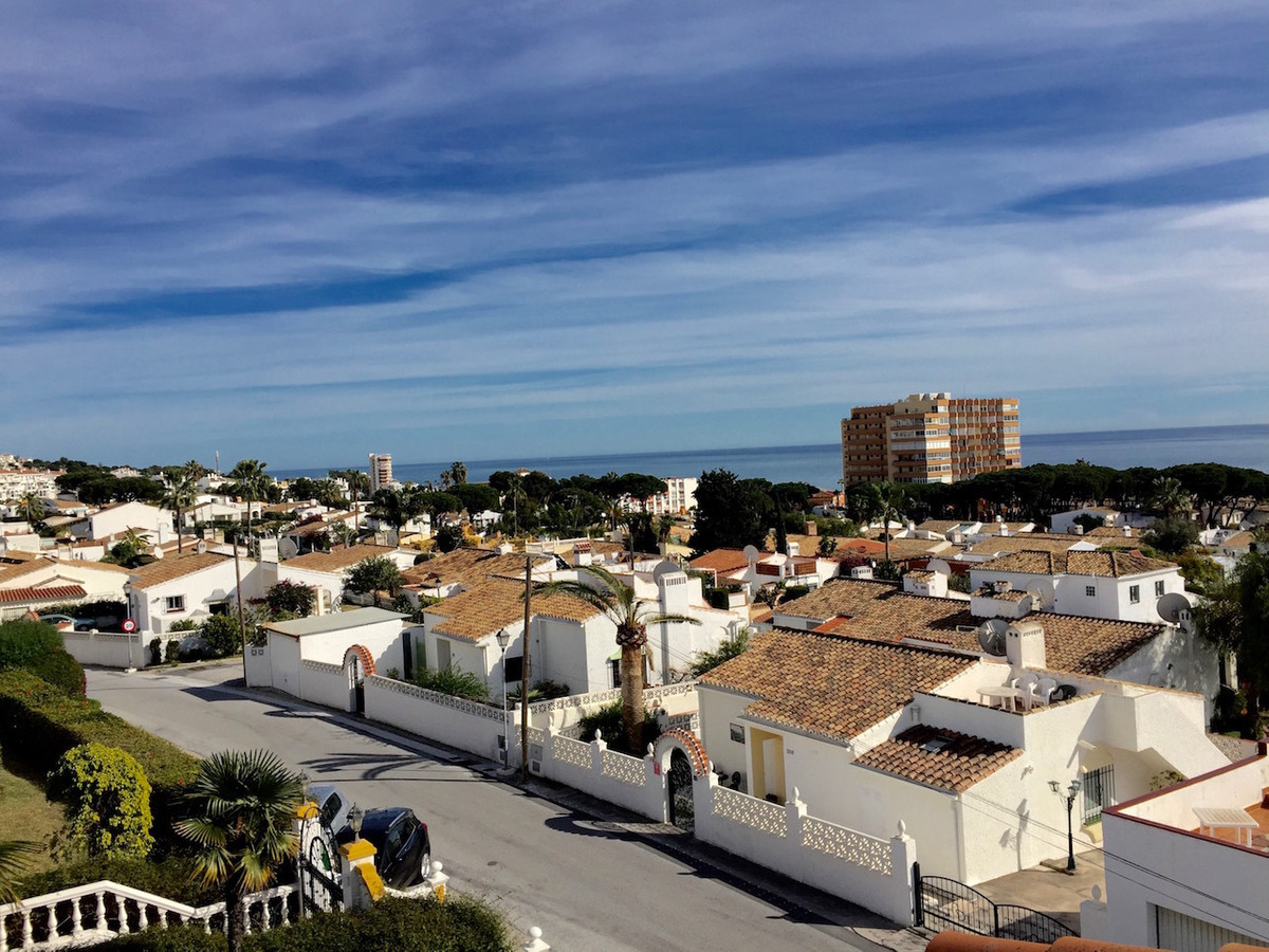 Lovely townhouse - with good sea views - for sale in lower Calahonda, with walking distance to all a, Spain