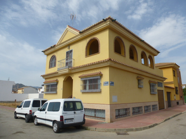 CARTAMA Independent house built over three levels and offering ample living space. The main level co,Spain