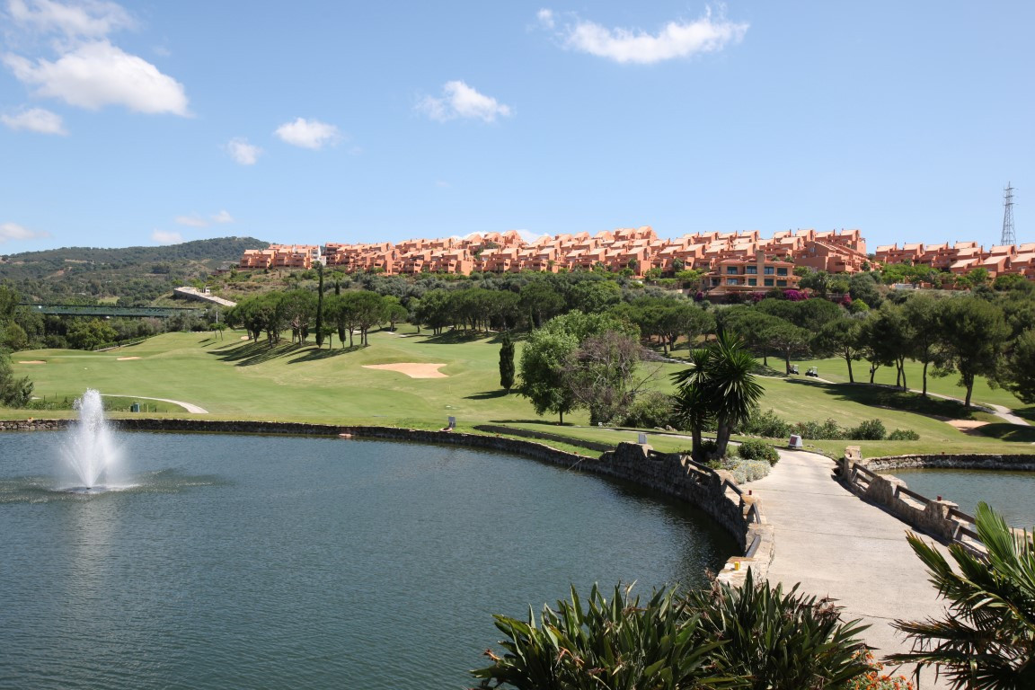 Very bright penthouse with spectacular views over the Santa Maria golf course to the sea. This corne, Spain