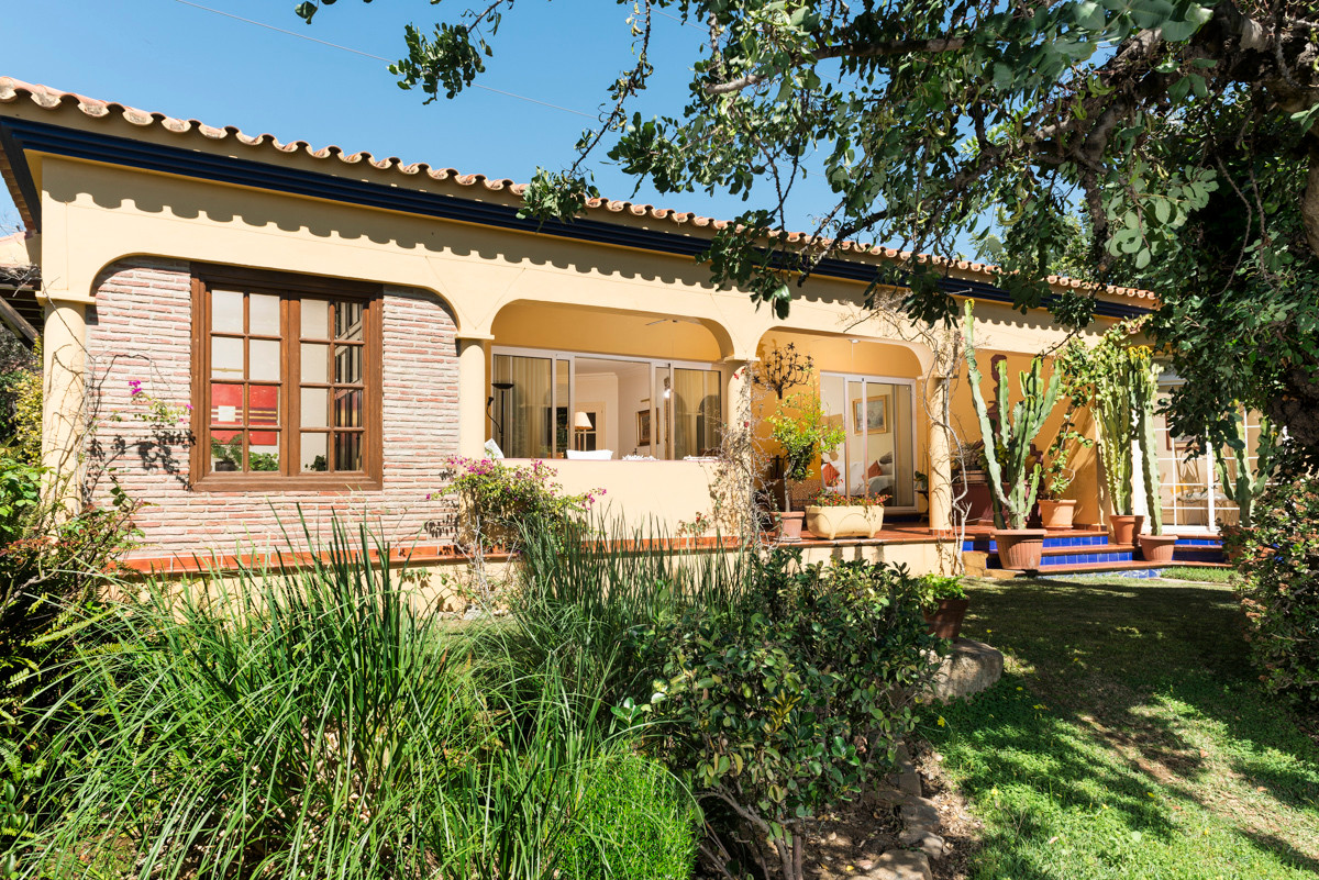 Beautiful villa on one floor with lots of privacy on a plot of 888 m2, has 4 bedrooms each one with ,Spain
