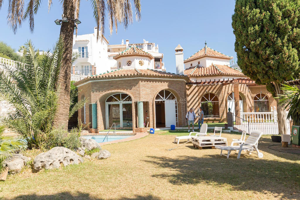 The plot has 4,800 m2, swimming-pool, 2 tennis courts. With a building of 1m2 ceiling per m2 of Floo,Spain