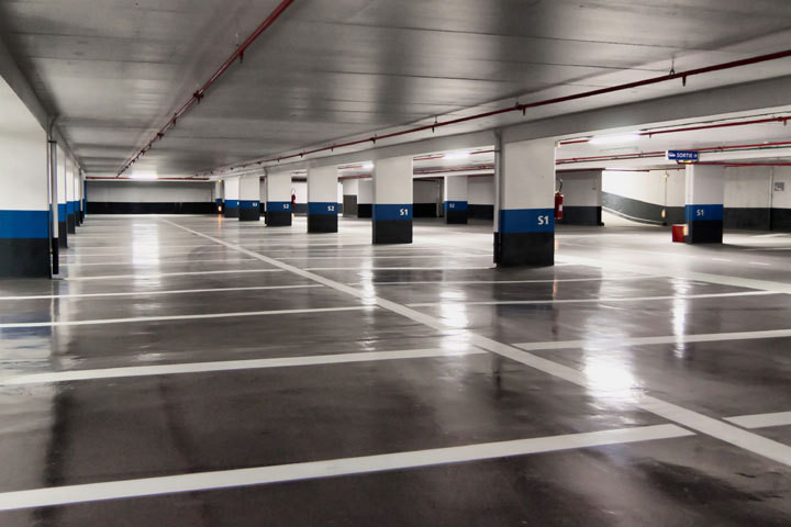 Parking garage with 354 parking lots, town center, next to sports center, close to supermarkets, hos, Spain