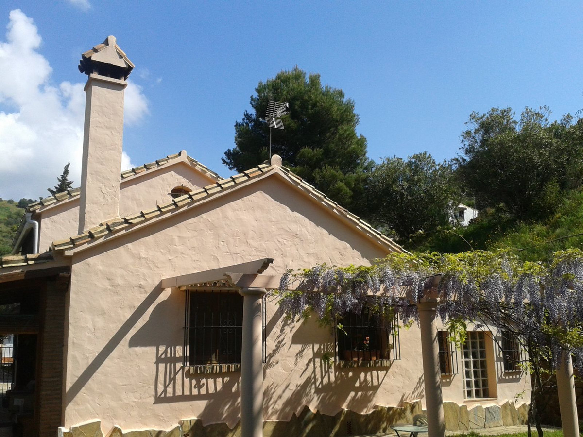Charming villa of 140m2 south facing of a 5000m2 land. with garden, garden with various fruits trees,Spain