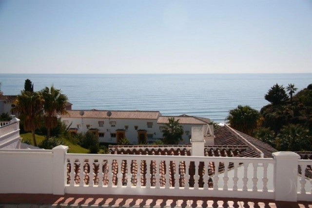Townhouse in a quiet urbanization full of gardens and 200 meters from the beach. It consists of 2 do,Spain