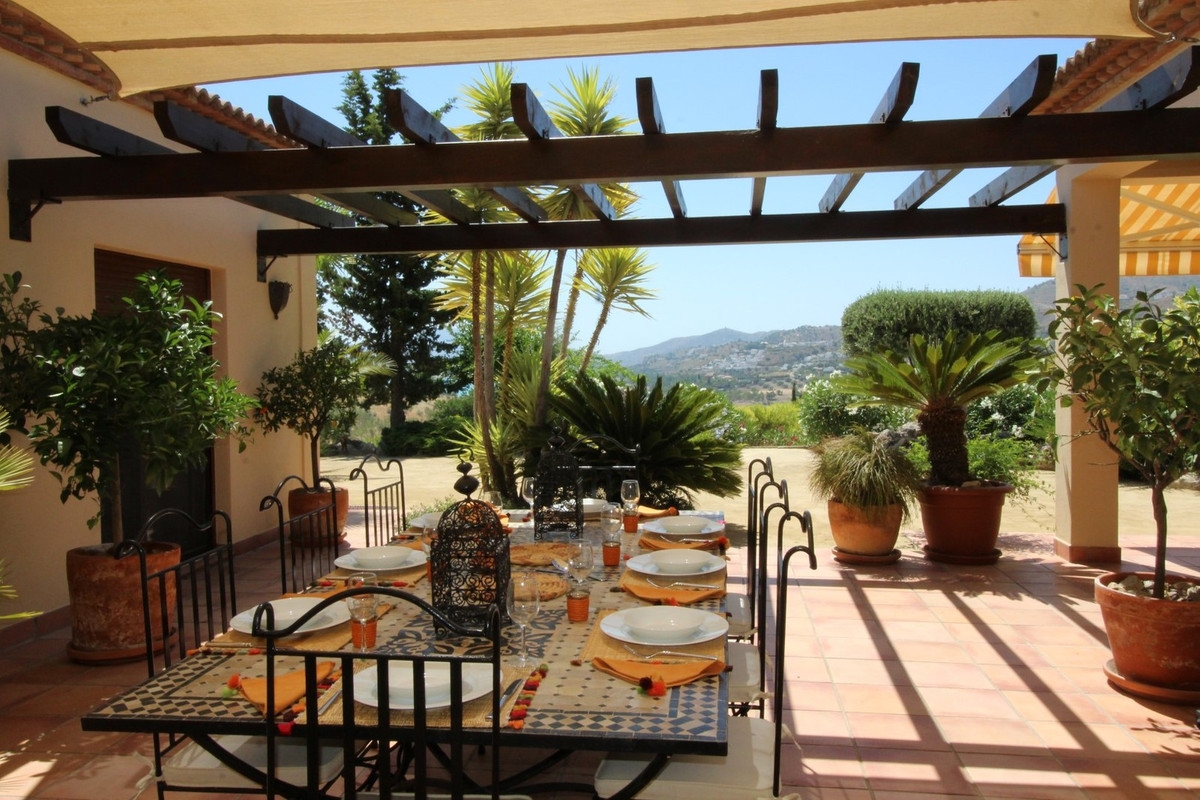 This fantastic Villa, has a total construction of 250 m2 on a plot of 5003 m2.  The villa is divided,Spain