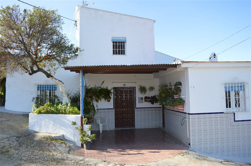 Here we present a charming 3 bedroom Country Home in Alhaurin el Grande.  The property is located on,Spain