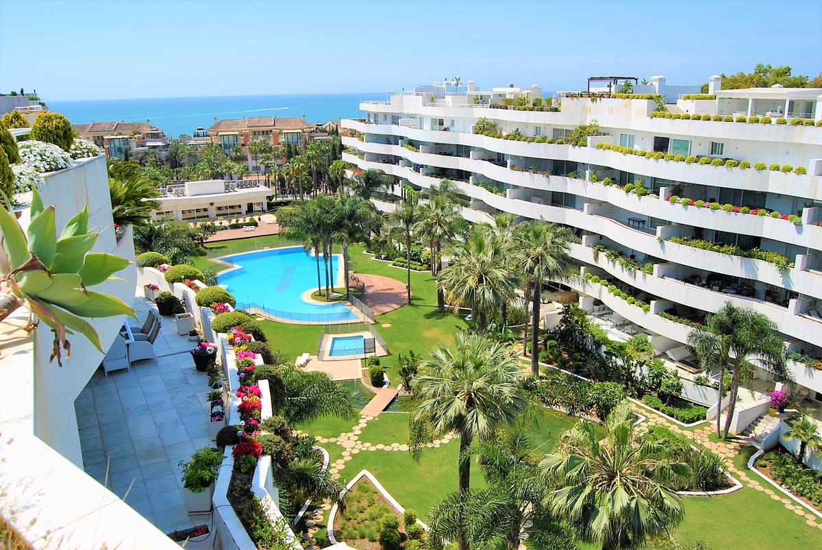 FANTASTIC DUPLEX PENTHOUSE WITH SEA VIEWS IN BANUS  The property is located in gated complex and has, Spain