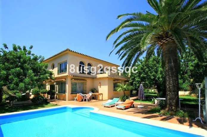 In the heart of Marbella: This bright villa is situated on a 1,200 m2 plot and offers a built size o, Spain