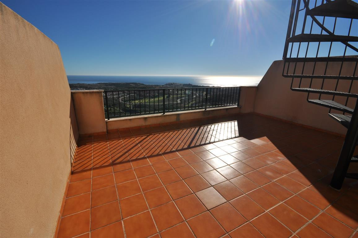 Magnificent PENTHOUSE apartment with large SOLARIUM in an elevated position, situated in a GOLF COMP,Spain