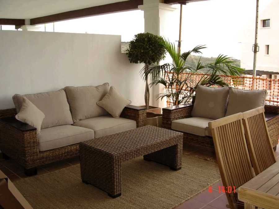 A nicely presented apartment situated in an elevated position in the popular area of Calahonda. The ,Spain