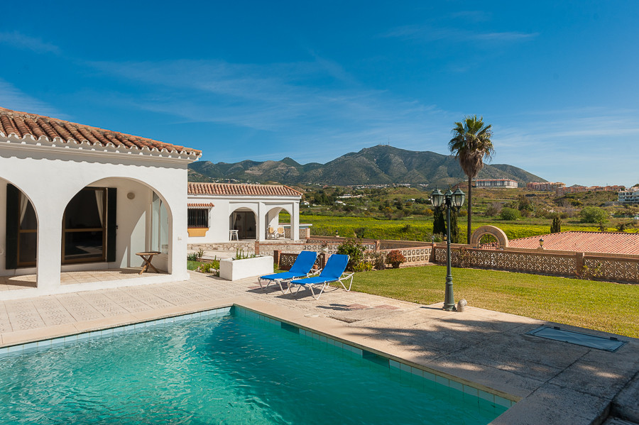 Beautifully presented villa situated very near to Fuengirola town. Offering 4 bedrooms and 4 bathroo, Spain