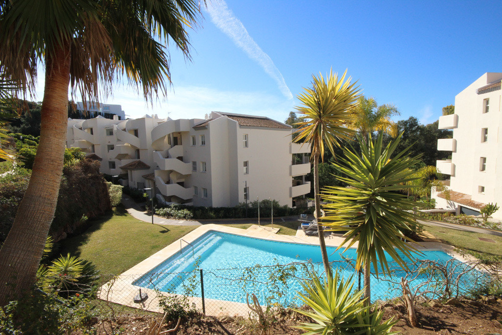 This lovely middle floor apartment at the Eastern corner of Green Hills in Elviria has nice views toSpain