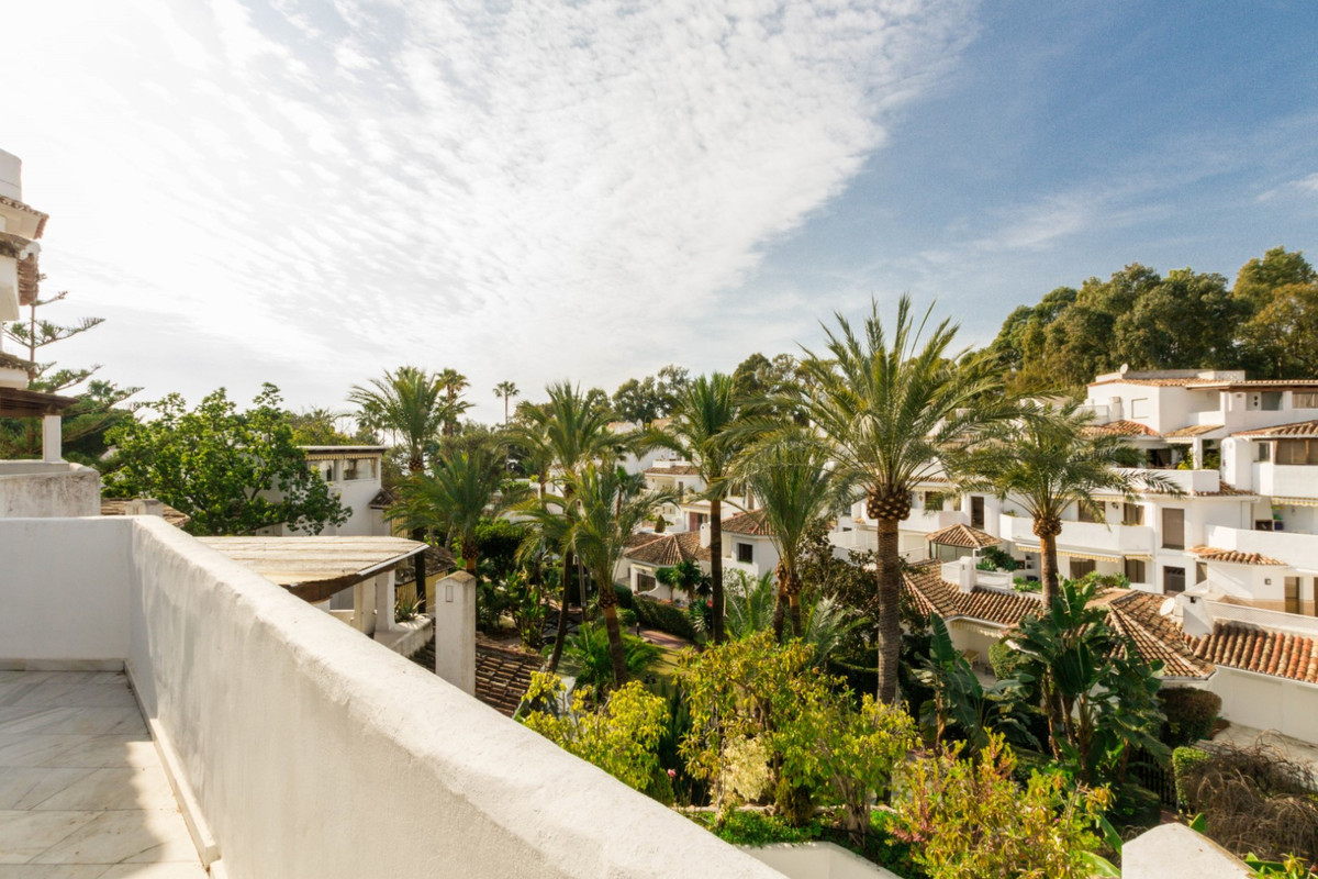 Bright and spacious duplex located in a beachfront complex in Elviria. Its interior comprises of an , Spain