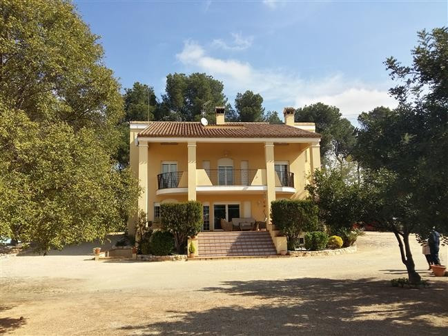 Lovely villa of 400m2 on a fenced plot of 4000m2. Very good access, private, electric gates and walk Spain