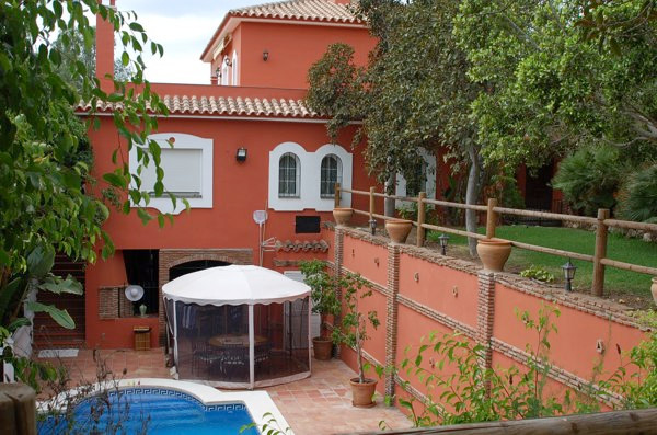 Modern luxury house with everything that you need. 3 houses and Stables with 15 boxes and a picadero, Spain