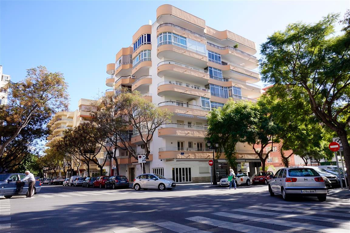 Marbella well located apartment close to the beach. Distributed in two bedrooms, 1 bathroom, kitchen, Spain